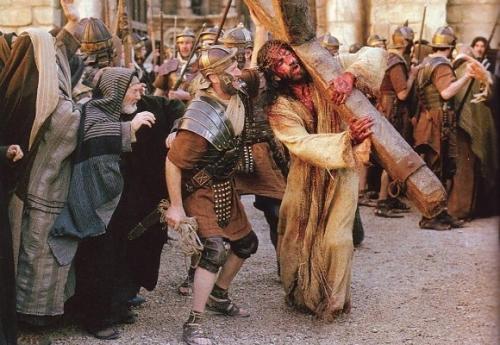 Jesús cargando la cruz Segunda Estación: Jesús carga la Cruz