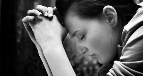 orando1 e1373925806440 El Poder del Cristiano esta en la Oracion