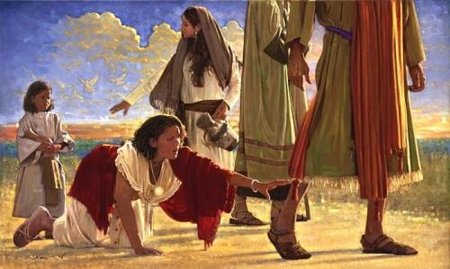 la mujer tocando el manto de Jesus