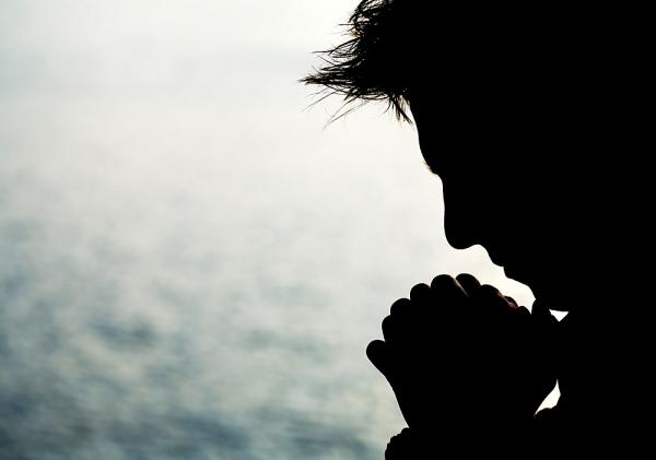 hombre-silueta-orando